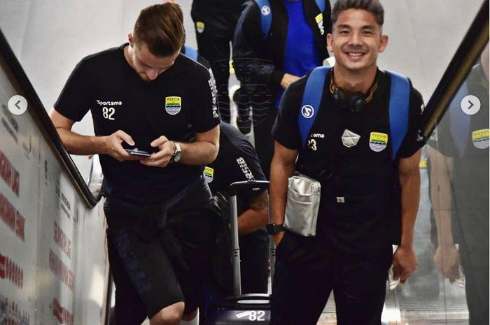 Dua pemain Persib Bandung, Rene Mihelic dan Kim Kurniawan, menaiki eskalator Bandara Internasional Husein Sastranegara, Bandung, Jumat (19/7/2019) sore WIB, untuk terbang ke Magelang, menghadapi PSIS Semarang.