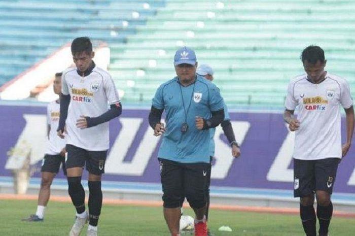 Pelatih fisik PSIS Semarang, Budi Kurnia, saat mendampingi pemain dalam sesi latihan.