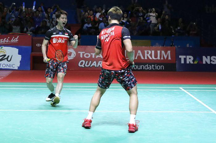 Pasangan ganda putra Indonesia, Marcus Fernaldi Gideon/Kevin Sanjaya Sukamuljo, bereaksi pada laga semifinal Indonesia Open 2019 di Istora Senayan, Jakarta, Sabtu (20/7/2019).