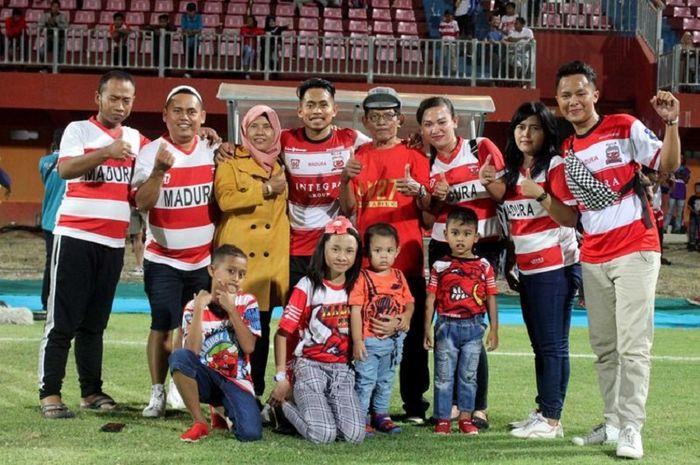 Gelandang Madura United, Andik Vermansah, bersama orang tuanya saat pertandingan pekan ke-10 Liga 1 2019.