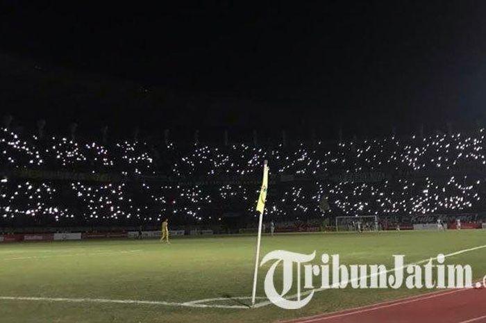 Mati lampu di Stadion Gelora Bung Tomo, Surabaya, mewarnai partai Persebaya vs PS Tira Persikabo pada pekan ke-10 Liga 1 2019, Minggu (21/7/2019).