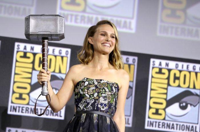 Natalie Portman mengangkat Mjolnir