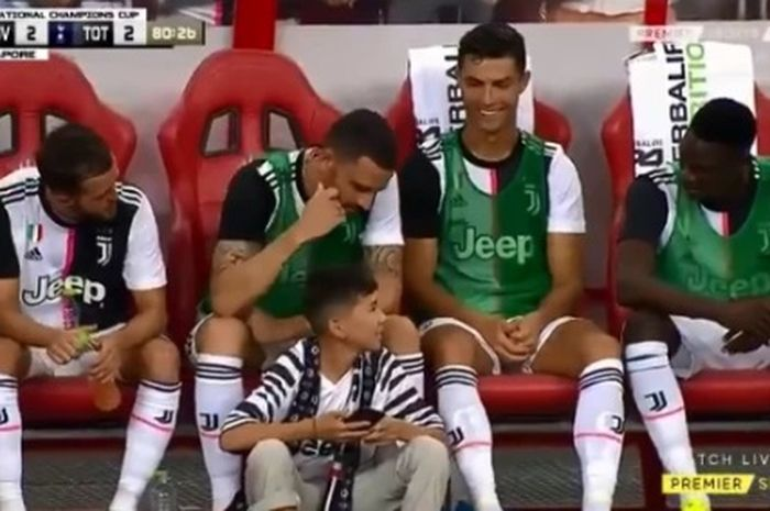 Cristiano Ronaldo, Leonardo Bonucci, dan Toure menyambut datangnya Pitch Invader.