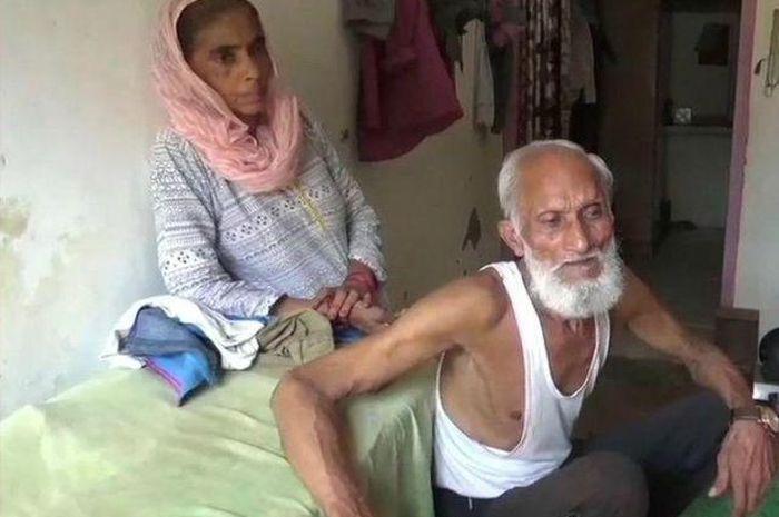 Kakek Shamim dan istri di rumahnya