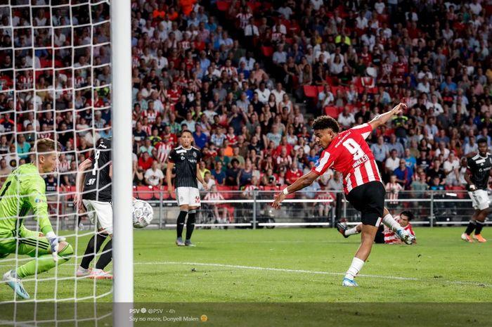 Donyell Malen mencetak gol untuk PSV Eindhoven ke gawang FC Basel dalam laga kualifikasi Liga Champions, 23 Juli 2019.