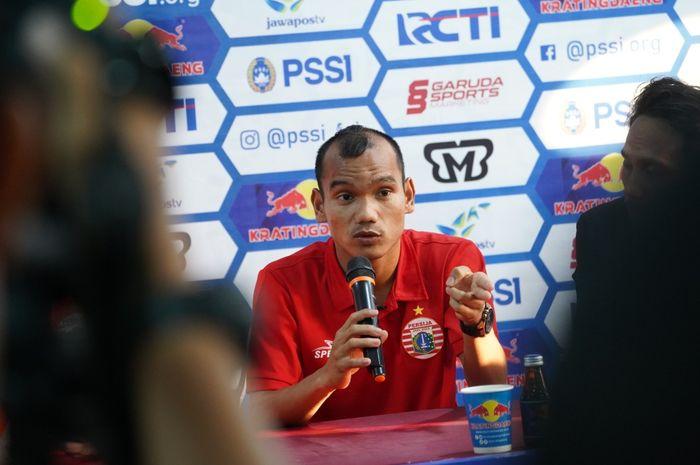 Pemain Persija Jakarta, Riko Simanjuntak memberikan keterangan pers di Makassar, Sabtu (27/7/2019).