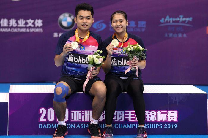 Pasangan ganda campuran Indonesia, Leo Rolly carnando/Indah Cahya Sari Jamil, setelah memenangi Kejuaraan Asia Junior 2019 kategori individual, di Suzhou Olympic Sports Centre, Suzhou, China, Minggu (28/7/2019)