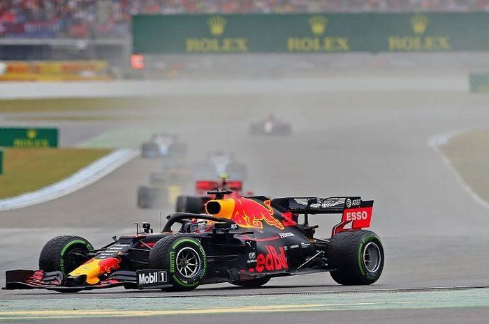 Momen saat Max Verstappen (Red Bull Racing) tergelincir dalam sesi balapan F1 GP Jerman 2019 yang digelar di Hockenheimring, Minggu (28/7/2019).