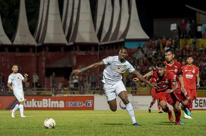 Penyerang Persebaya Surabaya, Amido Balde, mendapatkan pengawalan ketat dari pemain Semen Padang pada laga pekan ke-11 Liga 1 2019.