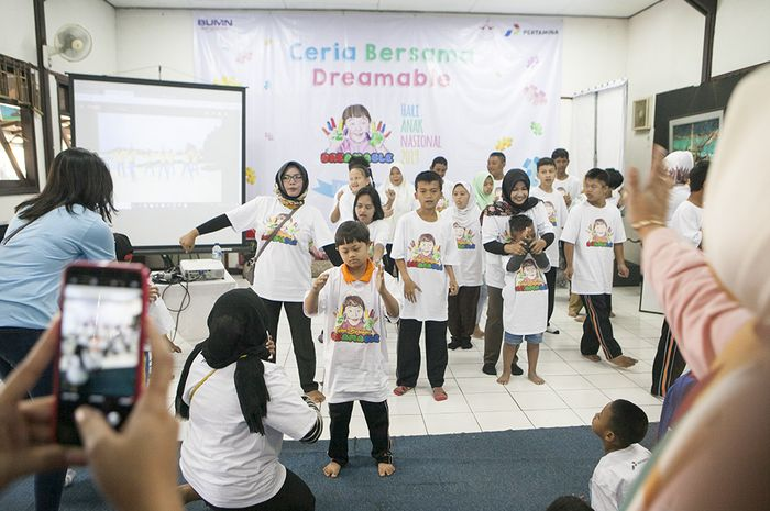 Para siswa sekolah Dreamble bernyanyi dan berjoget bersama saat acara peringatan Hari Anak Nasional di Balai Seni barli, Parahyangan, Kertajaya, Bandung, Jawa Barat. Acara ini diselenggarakan bersama PT Pertamina (Persero) TBBM Bandung Group.