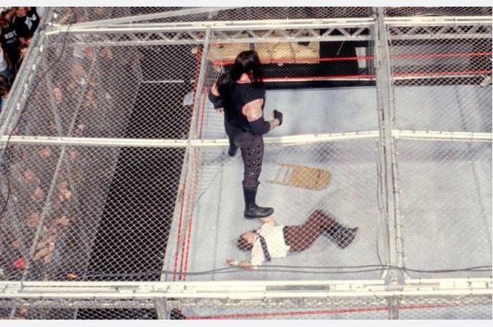 Mick Foley terjatuh dari atap kandang saat melawan The Undertaker di ajang King of the Ring (1998).