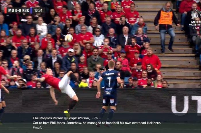 Aksi salto Phil Jones saat membela Manchester United melawan Kristiansund