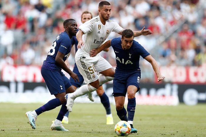 Eden Hazard diampit dua pemain Tottenham Hotspurs dalam gelaran Audi Cup 2019
