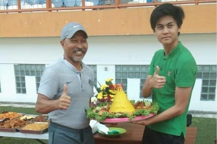 Pelatih Timnas U-18 Indonesia Fakhri Husaini dan Rendy Juliansyah mendapat tumpeng pada hari ulang tahun mereka tanggal 27 Juli 2019.