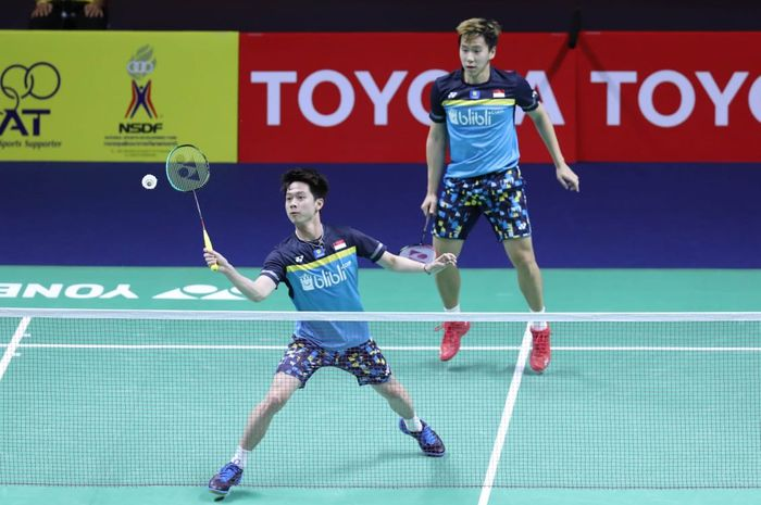 Pasangan ganda putra Indonesia, Marcus Fernaldi Gideon/Kevin Sanjaya Sukamuljo, mengembalikan kok ke arah Ou Xuan Yi/Zhang Nan (China) di Indoor Stadium Huamark, Kamis (1/8/2019).