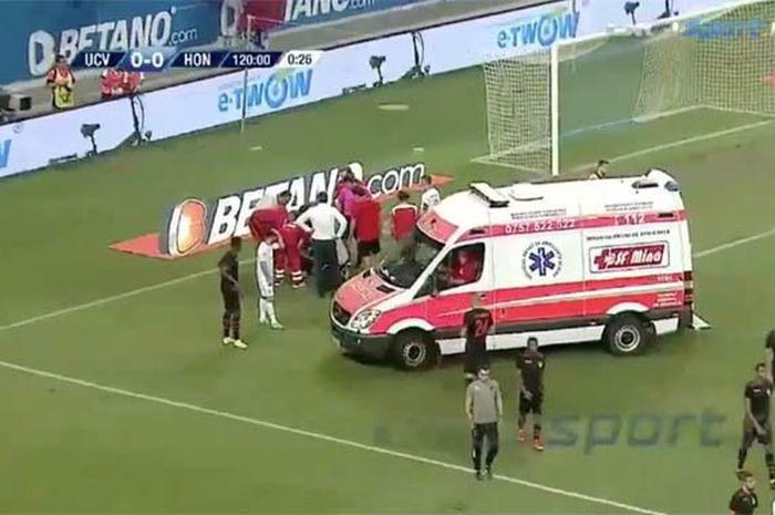 Wasit asal Inggris, Arnold Hunter, terkena bom asap saat memimpin leg kedua kualifikasi Liga Europa.