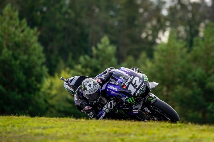 Aksi pembalap Monster Energy Yamaha, Maverick Vinales saat melahap tikungan dalam sesi latihan bebas MotoGP Republik Ceska 2019