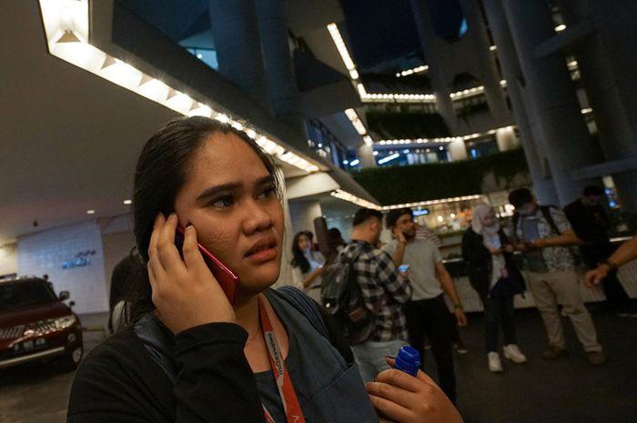 Karyawan berada diluar gedung perkantoran sesaat setelah terjadi gempa di kawasan Sudirman, Jakarta, Jumat (2/8/2019). Badan Meteorologi, Klimatologi, dan Geofisika (BMKG) menyebut gempa tersebut memiliki Magnitudo 7,4 dan berpusat di wilayah barat daya Sumur, Banten. ANTARA FOTO/Narasi.Tv/Dwi Prase