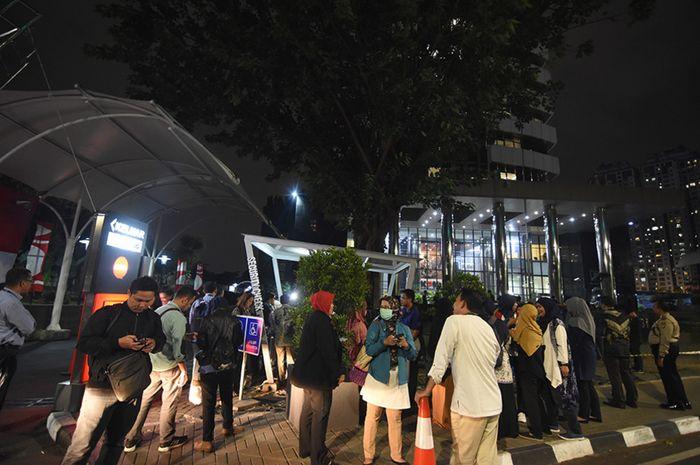 Pegawai KPK keluar dari gedung KPK saat terjadi gempa di Jakarta, Jumat (2/8/2019). BMKG merilis peringatan dini tsunami akibat gempa tektonik dengan Magnitudo 7,4 SR di wilayah Samudera Hindia Selatan Jawa pada Jumat (2/8) pukul 19.03 WIB yang berdampak di wilayah Banten, Bengkulu, Jabar, dan Lampu