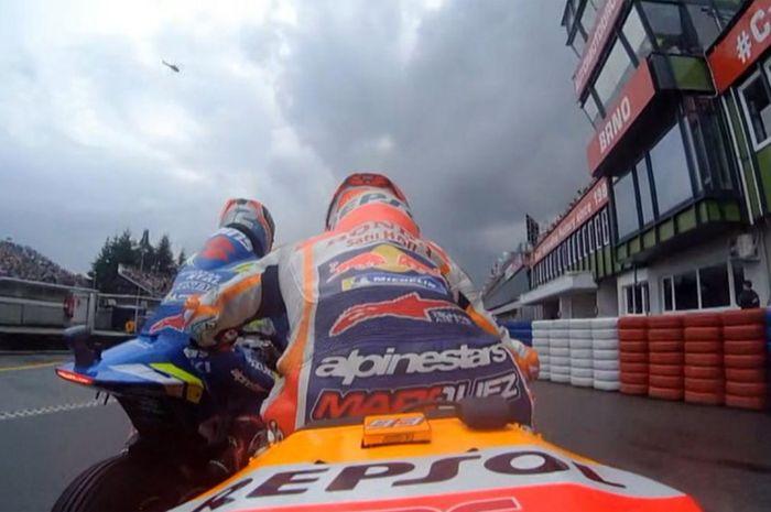 Alex Rins (Suzuki) dan Marc Marquez (Honda) bersinggungan saat memasuki pit lane di sesi Q2 MotoGP Republik Ceska, Sabtu (3/8/2019).