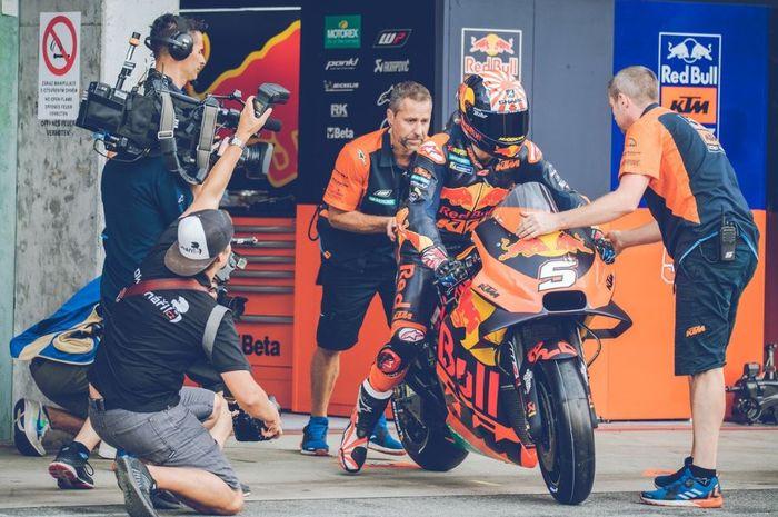 Pembalap Red Bull KTM, Johann Zarco saat melakukan persiapan pada babak kualifikasi MotoGP Republik Ceska 2019, Sabtu (3/8/2019)