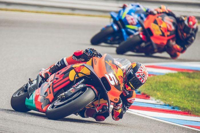 Pembalap Red Bull KTM, Johann Zarco saat melakukan manuver pada babak kualifikasi MotoGP Republik Ceska 2019, Sabtu (3/8/2019)