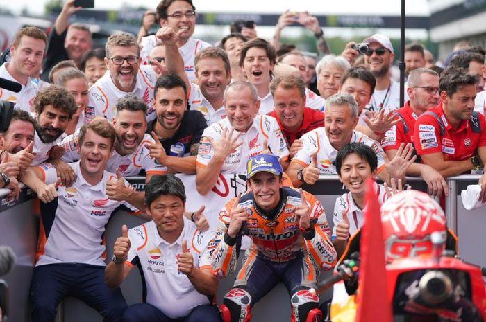 Selebrasi pembalap Repsol Honda, Marc Marquez usai memenangi MotoGP Republik Ceska 2019, Minggu (4/8/2019)