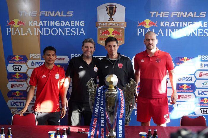 Tim PSM Makassar dan Persija Jakarta melakukan sesi foto di Stadion Andi Mattalatta, Makassar, Sulawesi Selatan, Senin (5/8/2019).