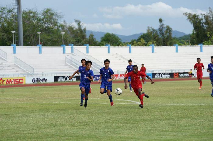 Bek timnas U-15 Indonesia, Alexandro Felix Kamuru (kanan) ditempel ketat oleh pemain-pemain Filipina pada matchday keempat Piala AFF U-15 2019.