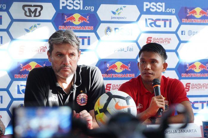 Pemain Persija Jakarta, Sandi Sute, bersama dengan Julio Banuelos di Stadion Andi Mattalatta