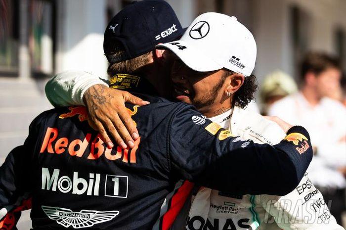 Lewis Hamilton (putih) dan Max Verstappen berpelukan selepas F1 GP Hungaria Minggu (4/8/2019)