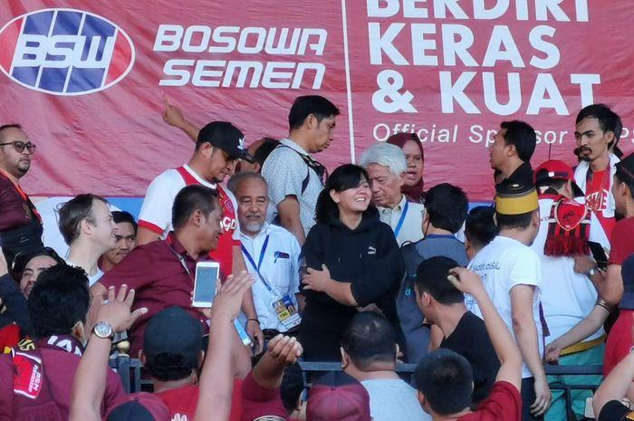 Sekjen PSSI, Ratu Tisha Destria (tengah) berada di antara petinggi PSSI plus penonton yang ada di tribune VVIP Stadion Andi Mattalatta, Kota Makassar pada final Piala Indonesia 2018 antara PSM kontra Persija, 6 Agustus 2019.