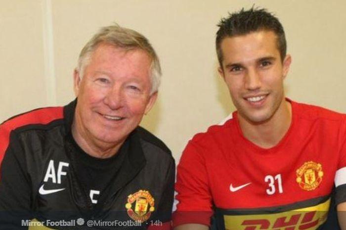 Eks penyerang Manchester United, Robin van Persie (kanan), bersama pelatih legendaris, Sir Alex Ferguson.