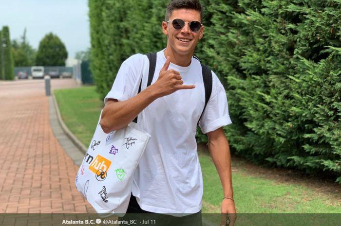 Gelandang Atalanta, Matteo Pessina, bergaya sebelum melakukan latihan perdana bersama timnya pada awal Juli 2019.