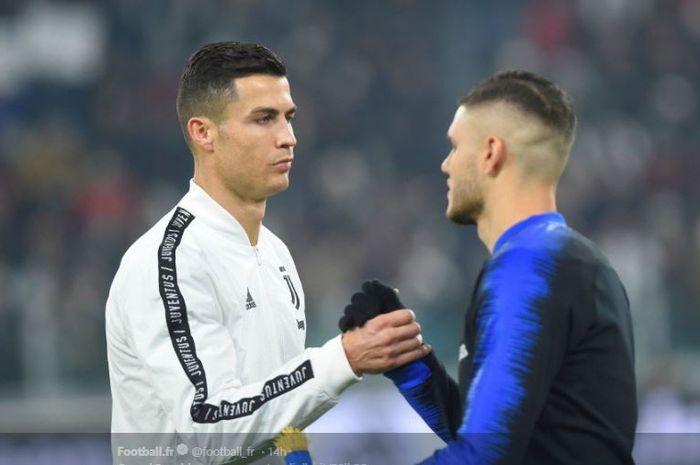 Megabintang Juventus, Cristiano Ronaldo, berjabat tangan dengan penyerang Inter Milan, Mauro Icardi.