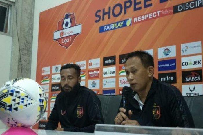 Asisten pelatih PSIS Semarang, Widyantoro saat memberikan keterangan pers usai laga melawan Persipura Jayapura. Pertandingan tersebut berakhir dengan skor 3-1 untuk kemenangan tim Mutiara Hitam.