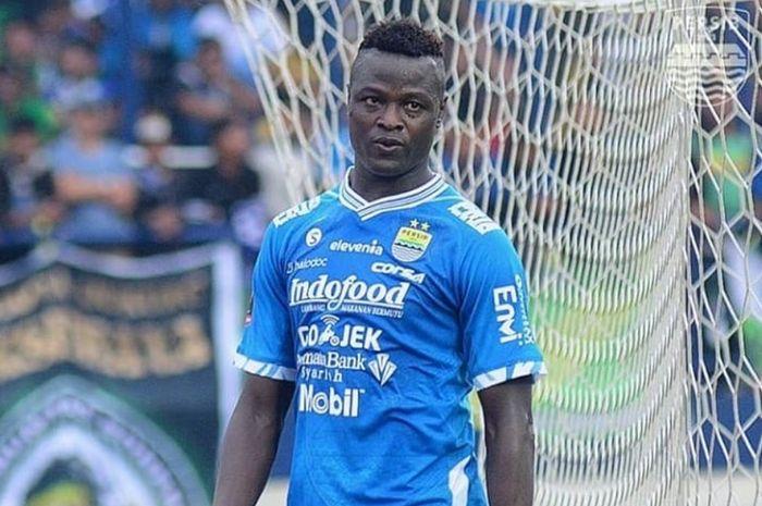 Striker Persib Bandung Ezechiel N'Douassel kecewa setelah gagal mencetak gol.