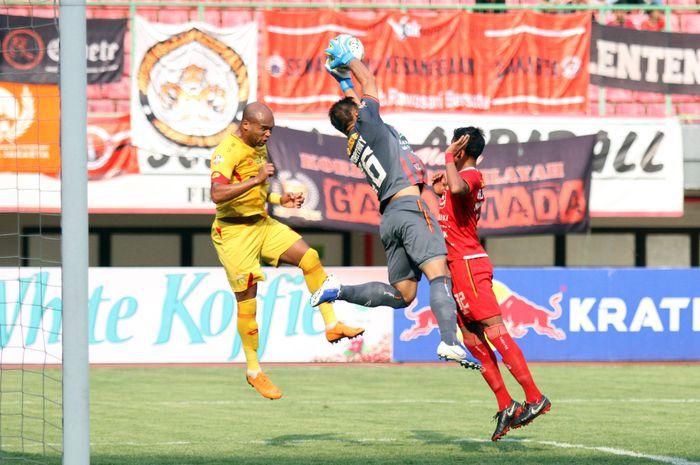 Duel udara antara kiper Persija Jakarta, Andritany Ardhiyasa dan bek Bhayangkara FC, Anderson Salles, di Stadion Patriot Chandrabhaga, Kota Bekasi, Sabtu (10/8/2019).