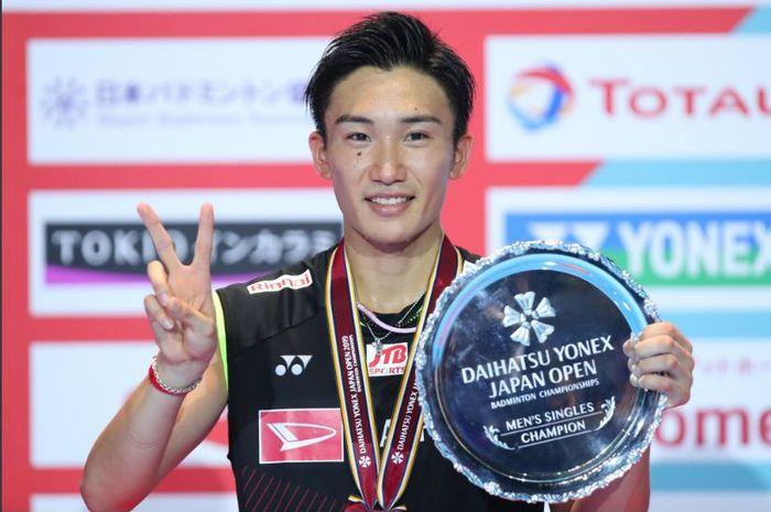 Selebrasi pemain tunggal putra Jepang, Kento Momota, saat sukses menjadi juara Japan Open 2019