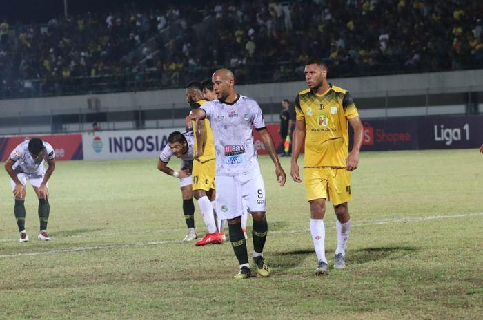 Loris Arnaud (kiri) serta Lucas Silva (kanan) pada laga Barito Putera kontra Tira Persikabo, di Stadion Demang Lehman, Martapura, Jumat (10/8/2019).