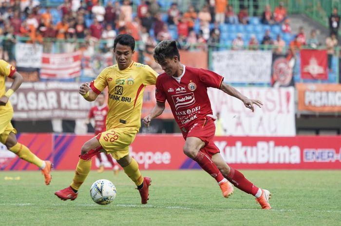 Duel Yogi Rahadian dengan Alsan Sanda saat Persija Jakarta menjamu Bhayangkara FC di Stadion Patriot Chandrabhaga, Kota Bekasi, Sabtu (10/8/2019).