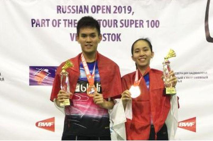 Adnan Maulana (kiri) dan Mychelle Chrystine Bandaso (kanan) berpose bersama setelah berhasil menjuarai Russian Open 2019, (21/7/2019)