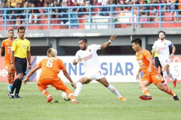 Pemain PSM Makassar, Zulham Zamrun saat menggiring bola pada pertandingan Borneo FC vs PSM Makassar di Stadion Segiri, Samarinda pada Sabtu (10/8/2019).