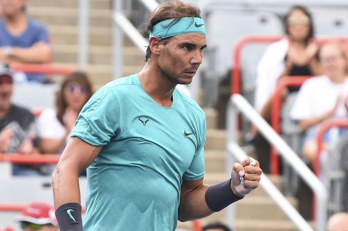 Petenis tunggal putra Spanyol, Rafael Nadal, melakukan selebrasi saat memenangi poin atas lawannya, Guido Pella (Argentina), pada babak kedua Rogers Cup 2019.