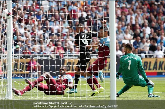 Penyerang Manchester City, Gabriel Jesus, mencetak gol pembuka bagi timnya dalam kemenangan telak 5-0 atas West Ham United, Sabtu (10/8/2019).