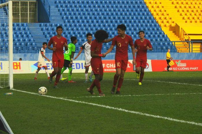 Pemain timnas U-18 Indonesia, Bagus Kahfi dan Rendy Juliansyah merayakan gol yang dicetak ke gawang timnas U-18 Brunei di Stadion Go Dau, Vietnam, Sabtu (10/8/2019).