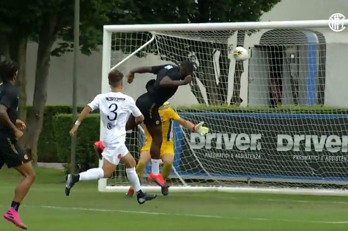 Striker Inter Milan, Romelu Lukaku, mencetak gol sundulan ke gawang Virtus Bergamo.