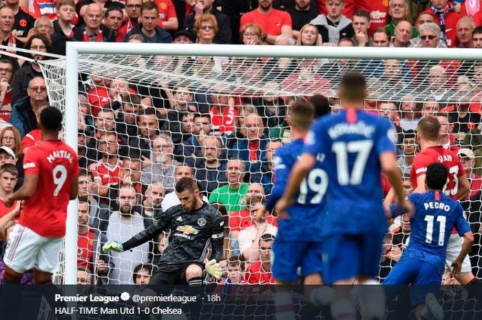 David De Gea mencoba memblok sepakan dari salah satu pemain Chelsea pada pertandingan Minggu (11/8/2019).