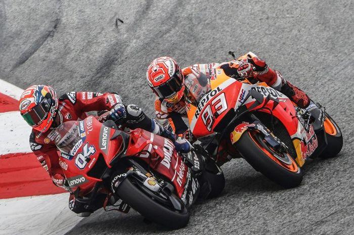 Momen pembalap Mission Winnow Ducati, Andrea Dovizioso menyali Marc Marquez pada MotoGP Austria 2019, Minggu (11/8/2019)