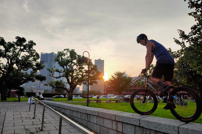 Penduduk lokal menikmati sore hari di Yokohama sambil melakukan hobinya.  Shot on OPPO Reno 10x Zoom.
